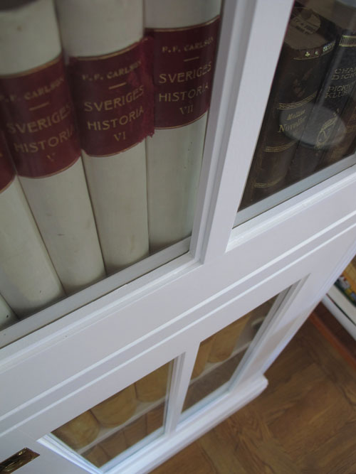 Platsbyggd bokhylla i vitt